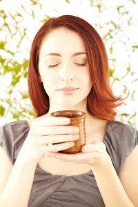 ruda kobieta pijąca herbatę