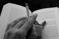 osoba paląca papierosa