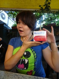 kobieta z tabletkami na alergię