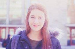 Dziewczyna z uśmiechem na twarzy