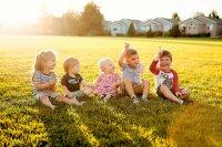 dzieci siedzące na polance