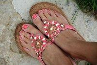 Sandały na damskich stopach