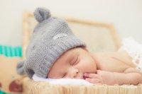 noworodek w czapce