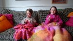 dzieci na kanapie