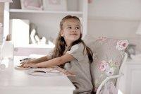 dziewczynka przy biurku